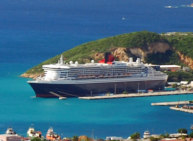 Queen Mary 2 vor St. Thomas
